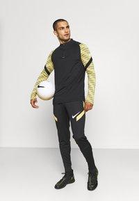 Nike Performance - STRIKE21 DRIL - Funktionstrøjer - saturn gold/black/white - 1