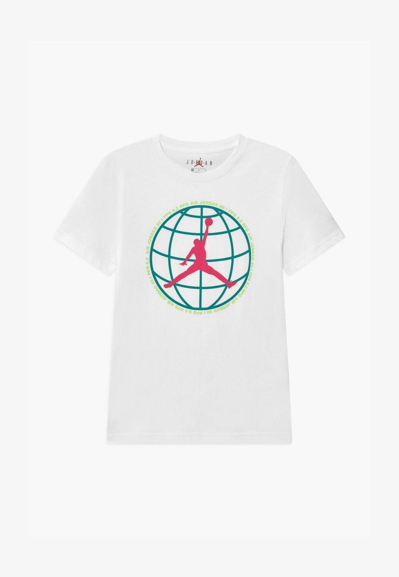 Jordan - MOUNTAIN SIDE GLOBE UNISEX - Print T-shirt - white