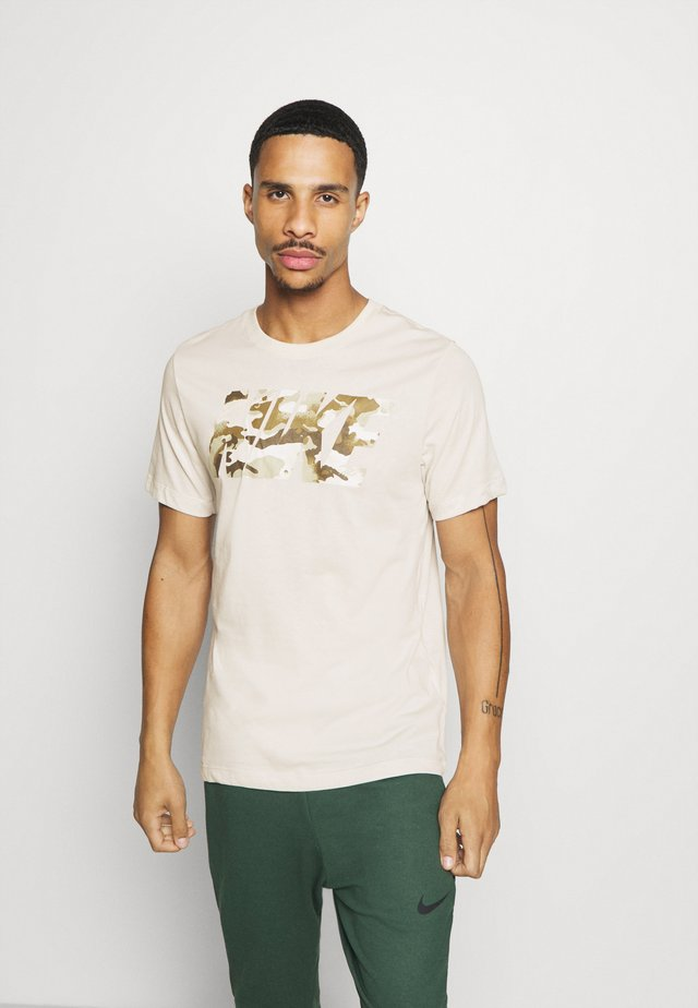 DRY TEE CAMO BLOCK - Triko s potiskem - light bone