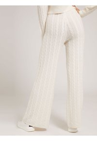 Guess - STRICKHOSE ZOPFMUSTER - Trousers - creme - 2