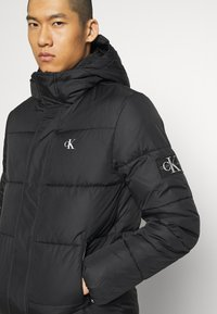 Calvin Klein Jeans - HOODED PUFFER JACKET - Winter jacket - black - 4