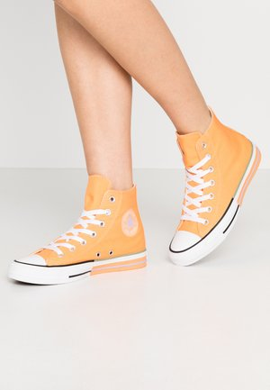 CHUCK TAYLOR ALL STAR - Sneakersy wysokie - fuel orange/moonstone violet
