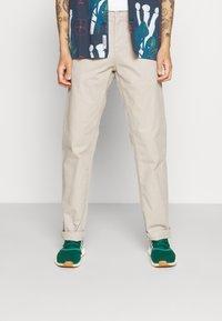 Carhartt WIP - JOHNSON PANT MIDVALE - Pantalones chinos - glaze - 0
