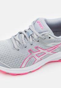 ASICS - GT-1000 10 UNISEX - Zapatillas de running estables - piedmont grey/pure silver - 5