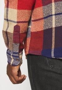 Wrangler - FLAP - Shirt - patriot blue/red - 5