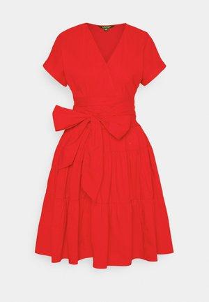 JILARTA SHORT SLEEVE DAY DRESS - Denní šaty - bright hibiscus