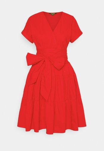 JILARTA SHORT SLEEVE DAY DRESS - Vapaa-ajan mekko - bright hibiscus