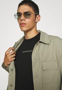 Calvin Klein Jeans - TEE UNISEX - T-shirt con stampa - black - 3