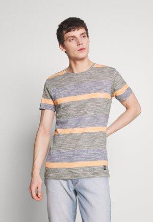 TEE - T-shirt med print - forest green