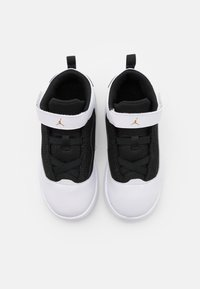 Jordan - MAX AURA 2 UNISEX - Basketball shoes - white/metallic gold/black - 3