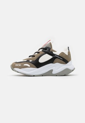 Trainers - taupe/black/white