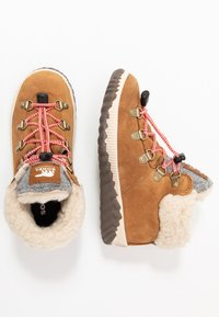 Sorel - YOUTH OUT N ABOUT CONQUEST UNISEX - Lace-up ankle boots - camel brown/quarry - 0