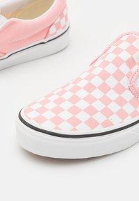 Vans - JN CLASSIC SLIP-ON - Sneakers laag - powder pink/true white - 5