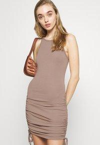 4th & Reckless - MEGAN DRESS - Vestido ligero - mocha - 4