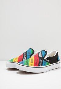 Vans - CLASSIC - Nazouvací boty - multicolor/true white - 2