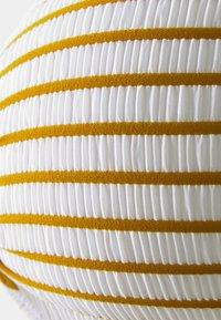 watercult - SUMMER STRIPES - Bikini top - white/honey - 2