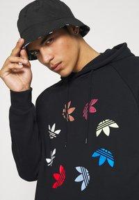 adidas Originals - HOODY - Hoodie - black/multicolor - 3