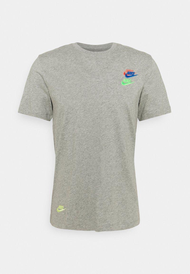 Nike Sportswear - TEE CLUB ESSENTIALS - T-shirt med print - grey heather