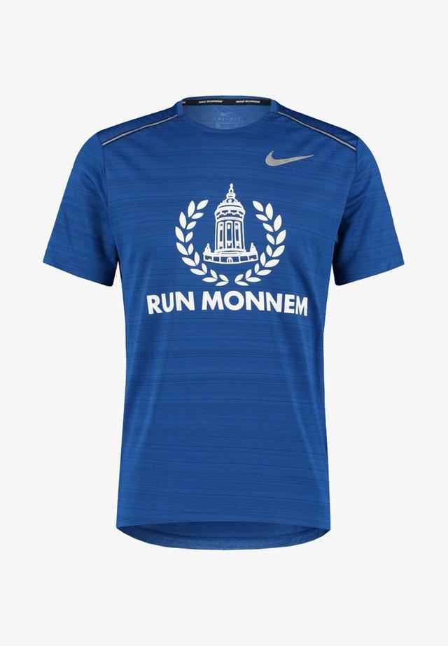 RUN MONNEM MILER - Print T-shirt - royal blue