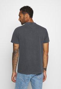 Tommy Jeans - TJM WASHED LOGO TEE - Basic T-shirt - black - 2