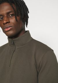 Burton Menswear London - REGULAR FIT ZIP AND JOGGER SET - Sweater - khaki - 6