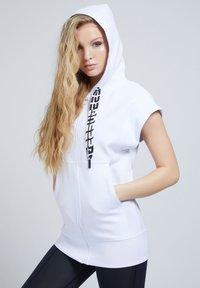 Guess - LOGO-TUNNELZUG - Zip-up sweatshirt - weiß - 0