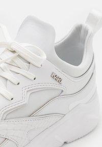 KARL LAGERFELD - VERGE LACE RUNNER - Tenisky - white - 5