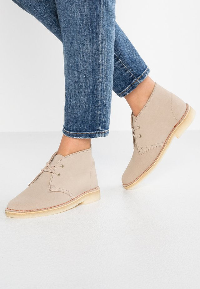 DESERT BOOT - Casual lace-ups - zand