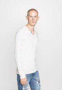 Jack & Jones - JJESPLIT NECK TEE - T-shirt à manches longues - cloud dancer - 0
