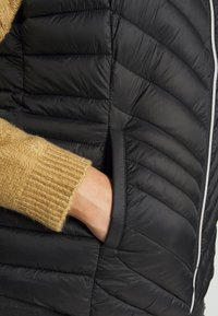 CAPSULE by Simply Be - LIGHTWEIGHT PADDED GILET - Smanicato - black - 5