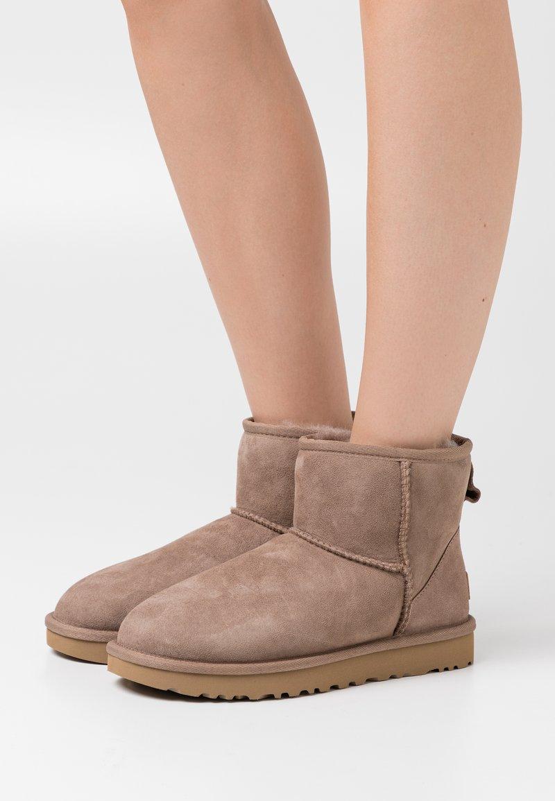 UGG - CLASSIC MINI II - Kotníkové boty - caribou
