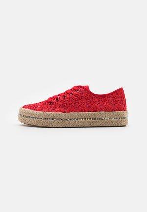Volnočasové šněrovací boty - red