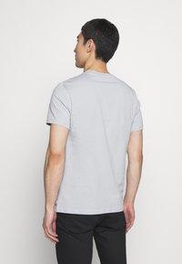 J.LINDEBERG - SILO - Basic T-shirt - stone grey - 2