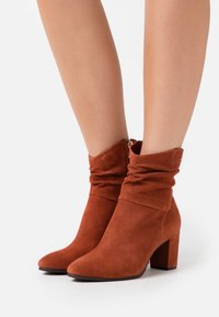 Marco Tozzi by Guido Maria Kretschmer - Classic ankle boots - brick - 0