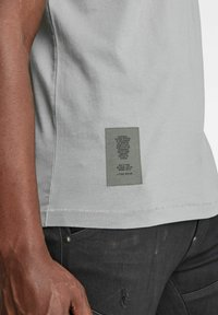 G-Star - STITCH DETAIL POCKET - T-shirt con stampa - charcoal - 2