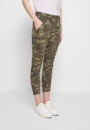 PENORA 7/8 PANTS - Pantaloni - sea green printed