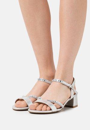 WIDE FIT CORSICA - Sandaalit nilkkaremmillä - silver