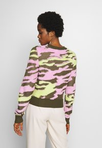 Neuw - UNDERCOVER - Jumper - flamingo military - 2