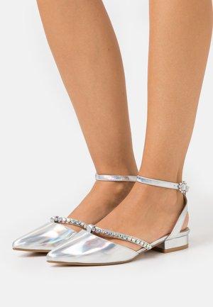 MELANY - Ballerinat nilkkaremmillä - silver