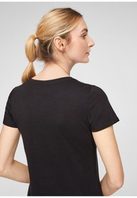 QS by s.Oliver - MIT FRONTMOTIV - Print T-shirt - black - 4
