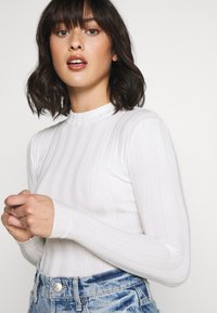 Missguided Petite - EXTREME CREW NECK BODYSUIT - Jersey de punto - white - 5