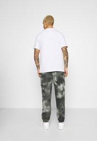 Mennace - TIE DYE TEXTURE MIX - Teplákové kalhoty - charcoal - 2