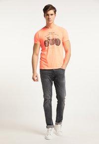 Petrol Industries - Print T-shirt - fiery coral - 1