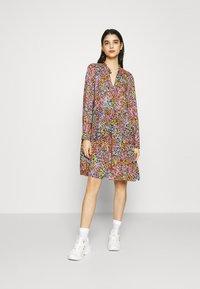 YAS - YASTAPETIA DRESS  - Denní šaty - super lemon/multi - 0