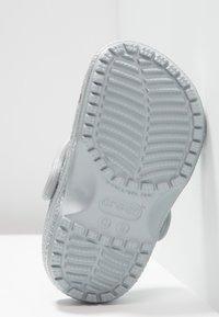 Crocs - CLASSIC GLITTER - Pool slides - silver - 5
