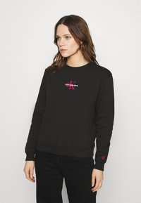 Calvin Klein Jeans - MONOGRAM LOGO CREW NECK - Mikina - black/party pink - 0
