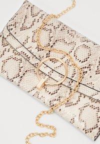 New Look - REESE SNAKE RING DETAIL - Pochette - brown - 2