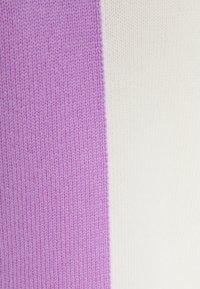 CHINTI & PARKER - CONTRAST HALF AND HALF SWEATER - Jumper - lilac/cream/grey - 2