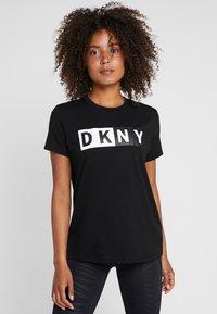 DKNY - CREW NECK SHORT SLEEVE TWO TONE LOGO - Print T-shirt - black - 0