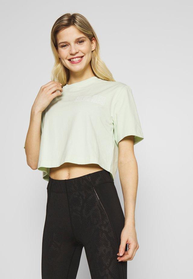 CROPPED SHORT SLEEVE  - Print T-shirt - green